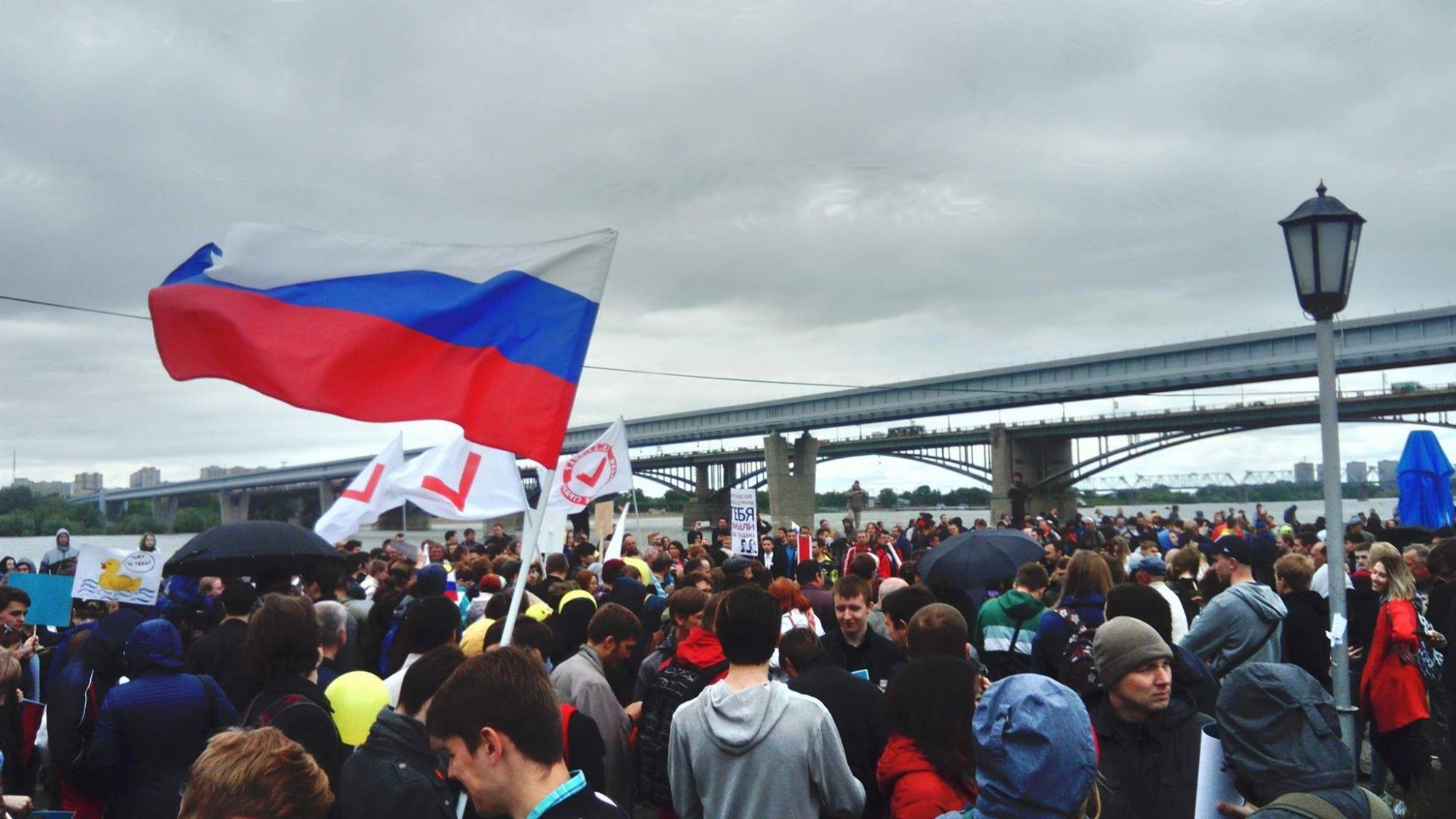 Митингующие у метромоста через Обь