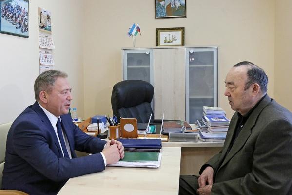 Судя по фотографиям, встреча проходила в кабинете Муртазы Рахимова
