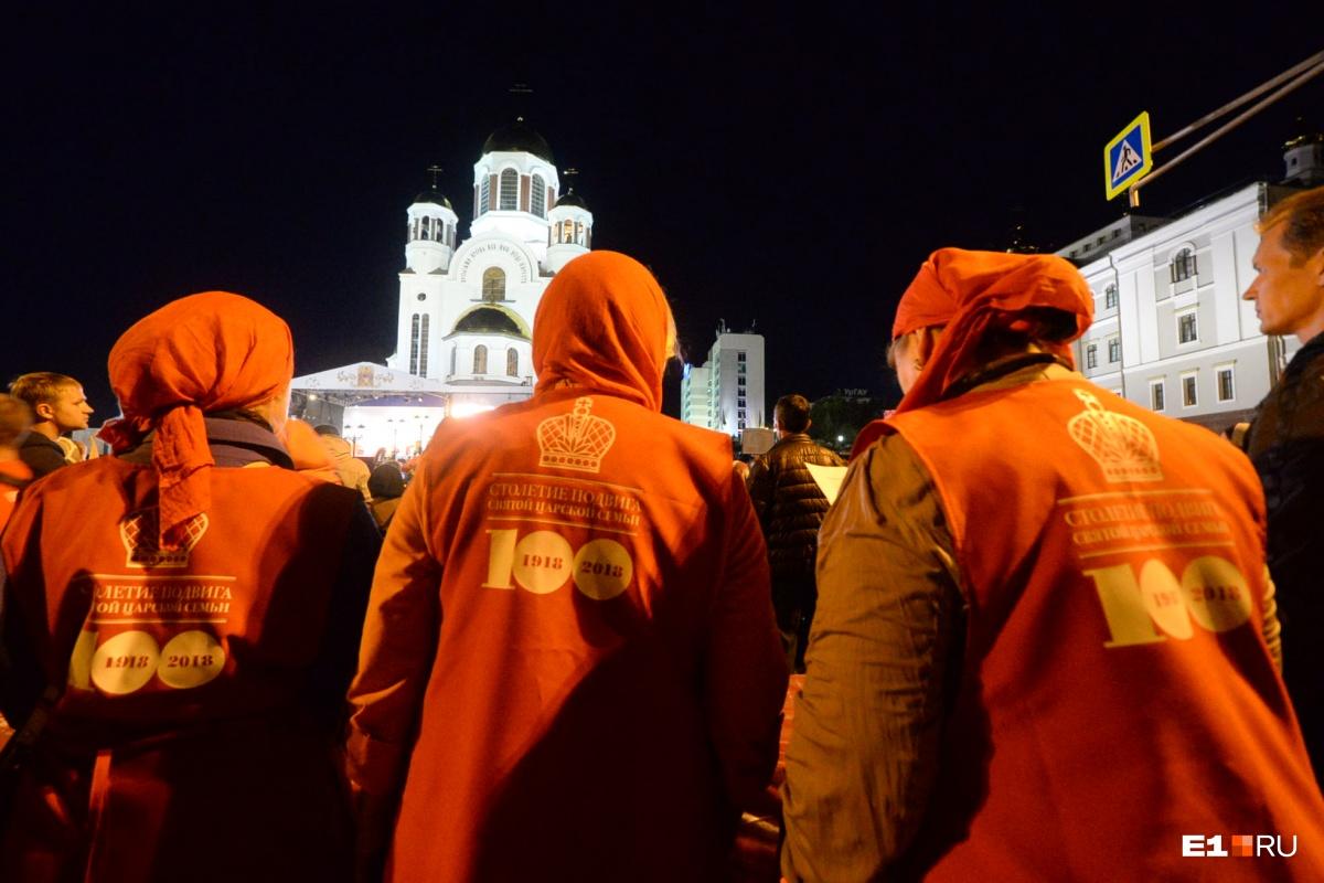 В толпе можно было встретить людей с символикой прошлогоднего крестного хода