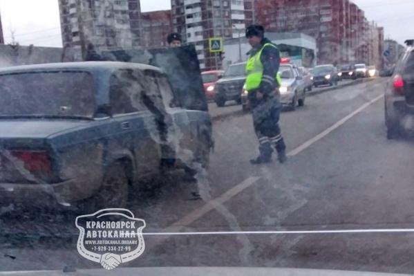 Помогли тушить машину случайно проезжавшие мимо сотрудники ДПС