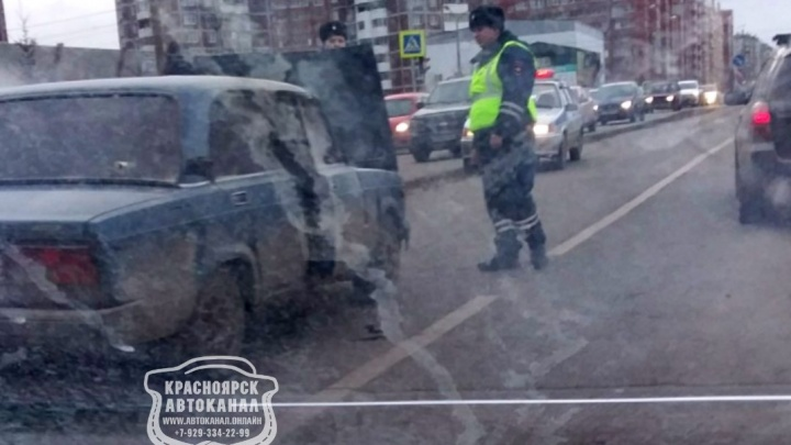 ВАЗ загорелся на ходу на перекрестке Молокова и Алексеева