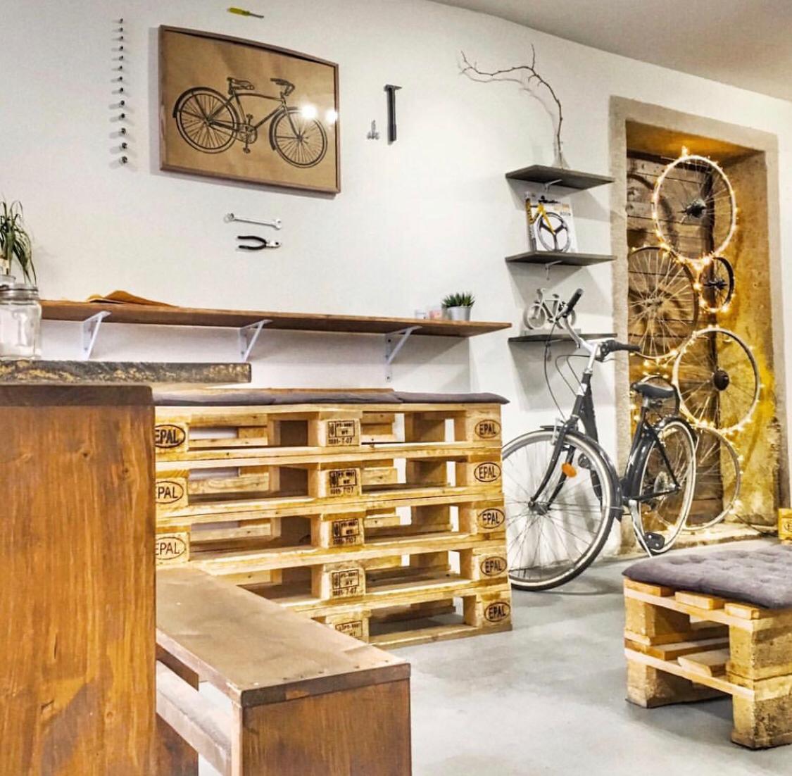 «Оборудование покупали на блошиных рынках»: уральцы без знания языка открыли свою кофейню в Европе