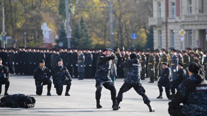 ОМОН, собаки и вилы с топором: в Ростове проходит парад в честь Дня полиции