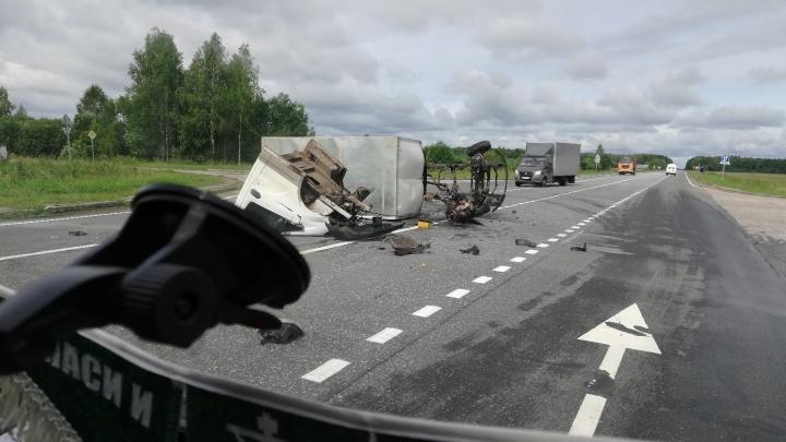 Машину разорвало на части: на трассе в Ярославской области произошло страшное ДТП
