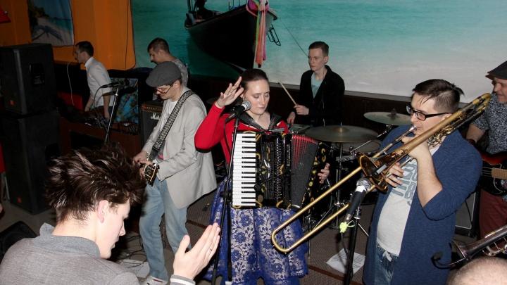 Видео: новосибирская группа записала на «айфон» кавер на хит Киркорова «Цвет настроения синий»