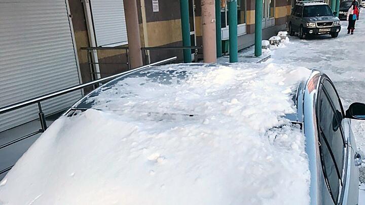 Глыба снега рухнула на припаркованный BMW в Горском микрорайоне