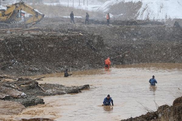 Спасатели работают не переставая, занимаясь поиском пропавших без вести