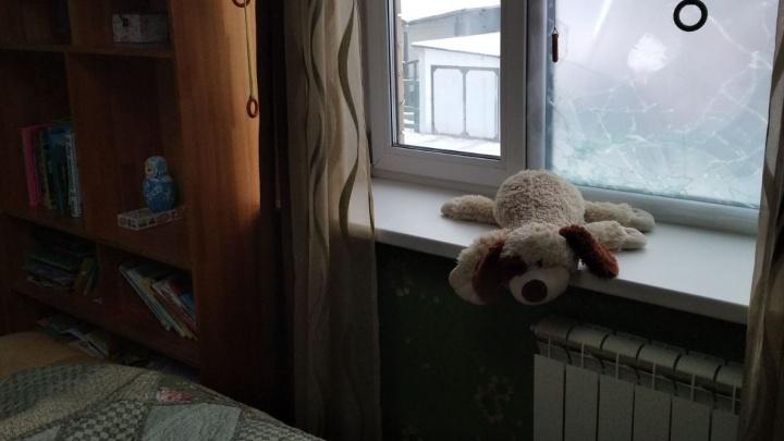 «Пробежали по спящему ребенку»: силовики с автоматами вломились через окно в дом многодетной семьи