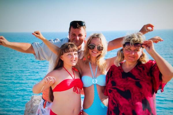 Светлана и Алексей вместе с дочками
