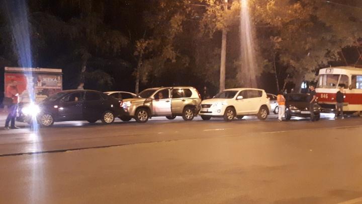 Невеселый паровозик: в Самаре на улице Мичурина столкнулись четыре автомобиля и трамвай