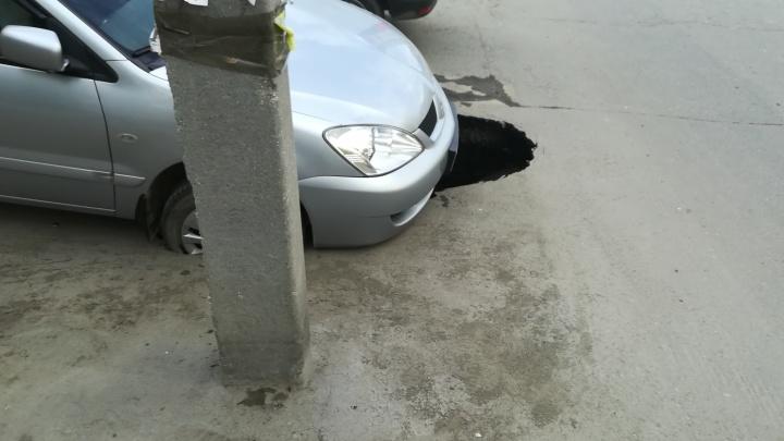 В Екатеринбурге под иномаркой, стоявшей на парковке, провалился асфальт