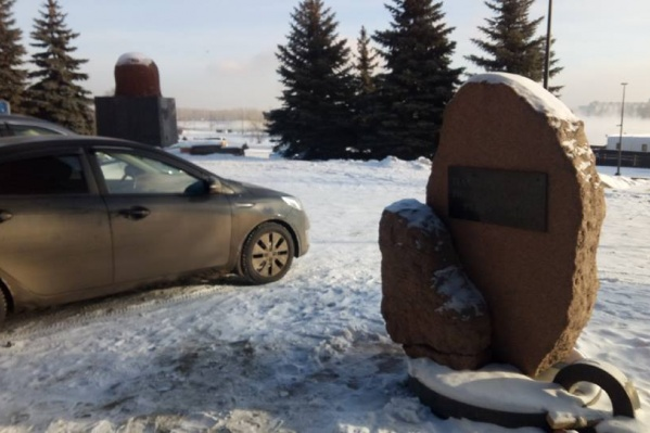 Машины ставят вплотную к памятнику