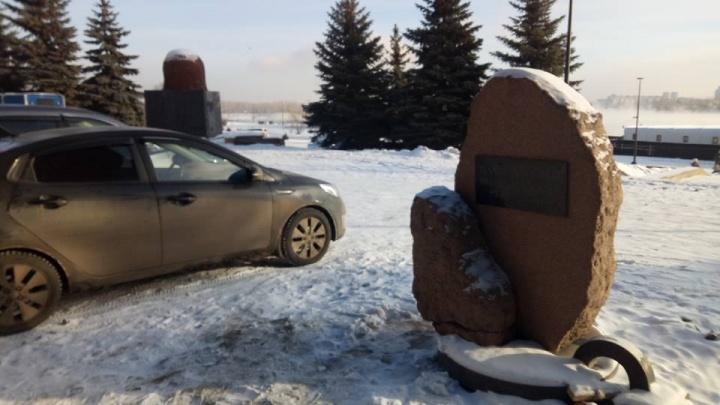 Место у памятника жертвам политических репрессий превратили в парковку