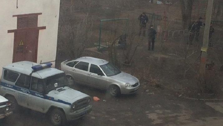 «Он выдернул чеку»: мужчину с гранатой задержали в подъезде многоэтажки Волжского