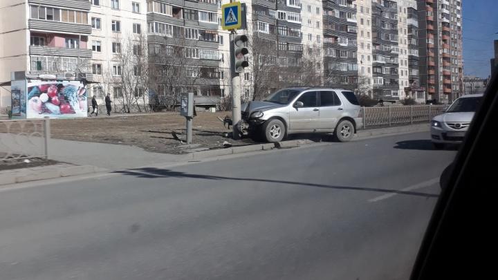 На Старой Сортировке Mercedes въехал в столб и обрушил с него светофор
