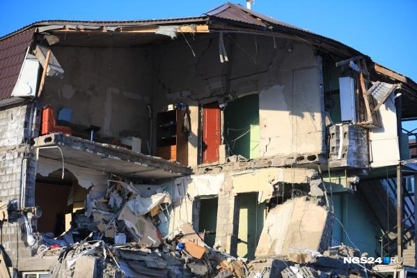 Последствия взрыва в самовольно построенном доме, который власти не могли снести 3 года