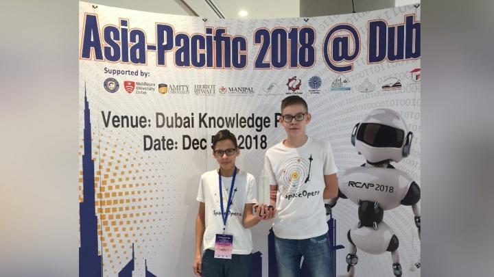Красноярские школьники показали своих роботов на сцене в Дубае