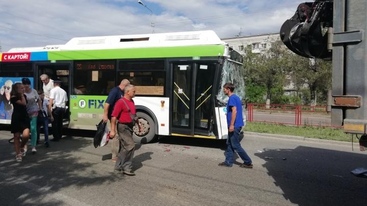 Автобус № 55 в Волгограде врезался в металлопогрузчик. Пострадали пассажиры