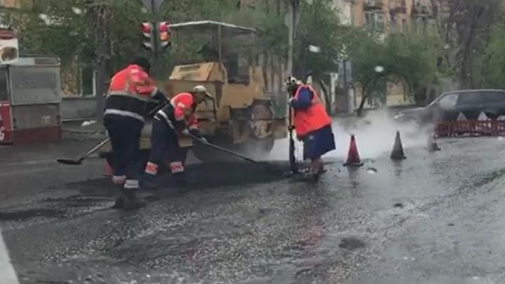Чиновники попросили екатеринбуржцев сообщать об укладке асфальта в дождь