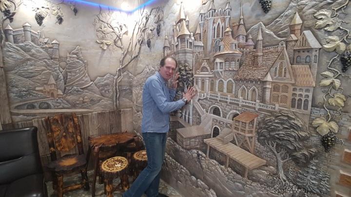 «В жизни людям не хватает сказки»: художник-оформитель Игорь Атрошенко рисует замки штукатуркой