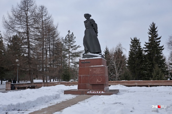 Памятник почистят, постамент облицуют, рядом сделают новый газон