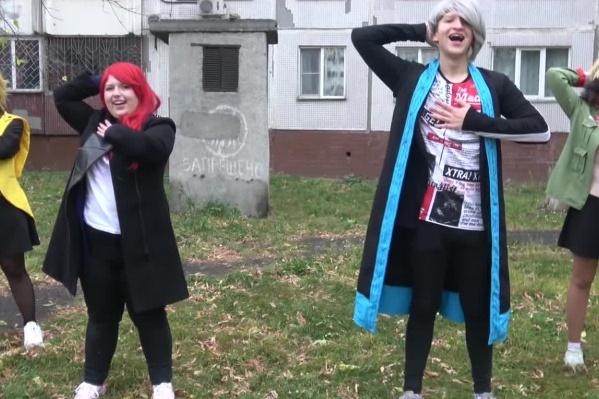 Новосибирцы не только снимают короткие видео на тему флешмоба — команда танцоров даже сделала длинную пародию на оригинал клипа