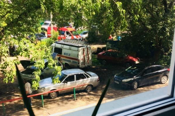 На место происшествия выезжали сотрудники МЧС, ФСБ, УМВД, скорой помощи,газовики