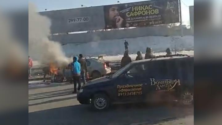 На оживленной дороге в Уфе загорелся Renault