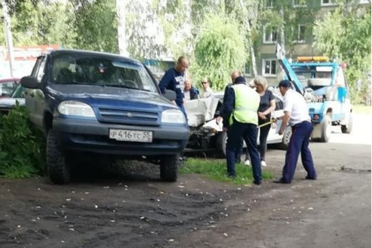 Омич без прав устроил массовое ДТП с участием семи машин во дворе дома по улице Романенко