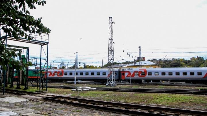 Переходил пути в неположенном месте: на Нансена поезд насмерть сбил 26-летнего мужчину