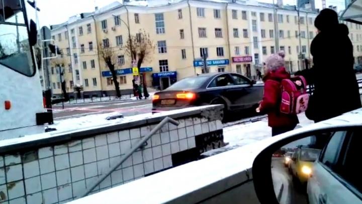 Друг в беде не бросит: на Челюскинцев трамвай спас Audi, застрявшую на рельсах