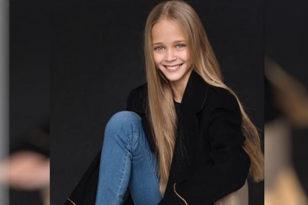 Алисе Самсоновой 11 лет. Она живёт и учится в Красноярске. Девочка профессионально занимается художественной гимнастикой