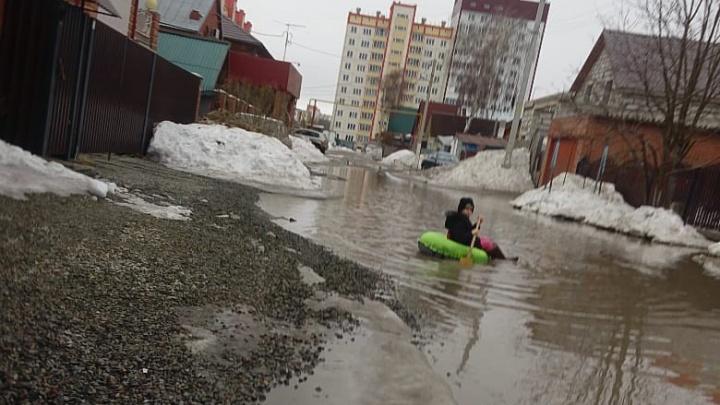 Затопленную улицу решили отремонтировать после заплыва девочки на «ватрушке»