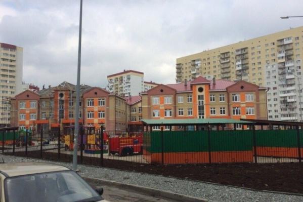 Инцидент случился в новом корпусе детского сада №125, что находится по улице Станислава Карнацевича. Родители дошколят говорят, что после случившегося воспитательница не стала ничего объяснять ни им, ни своему руководству<br>