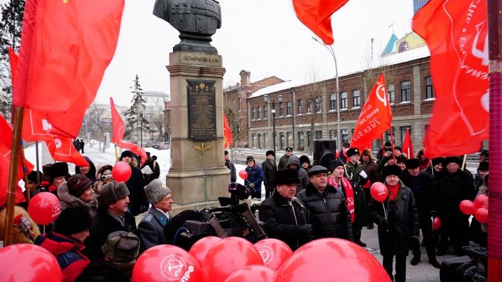 По центру Новосибирска прошла толпа с красными флагами и шарами