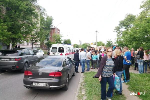 На месте аварии собрались десятки человек