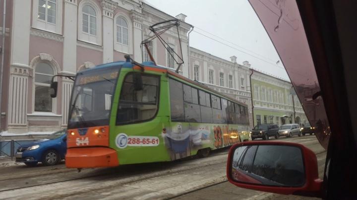 В Перми на улице Ленина трамвай сошел с рельсов