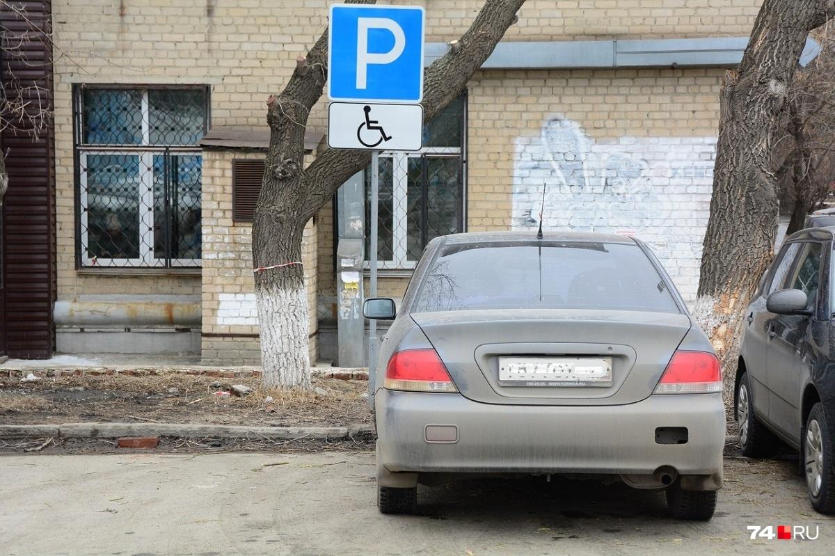 Место для инвалидов имеет ширину 3,6 метра. Несмотря на парковку со смещением от знака, этот водитель нарушает