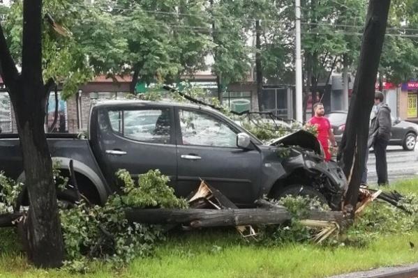 Внедорожник въехал в деревья после столкновения с «Тойотой»