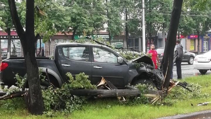 Чёрный внедорожник врезался в дерево на Богдана Хмельницкого