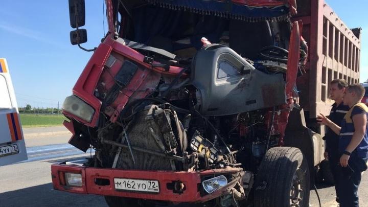 ДТП с полицейскими, столкновение самосвалов и езда на двух колесах: смотрим дорожные видео недели