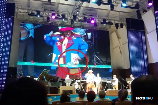 Ежик — едва живой — медленно ползал под громкую музыку и тычки клоуна на радость публике