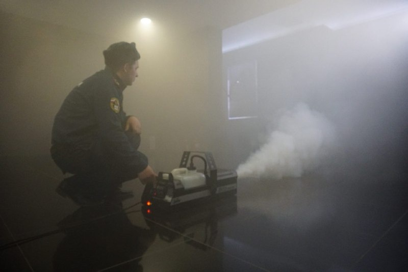 Ради спецэффекта спасатели взяли с собой дымовую пушку