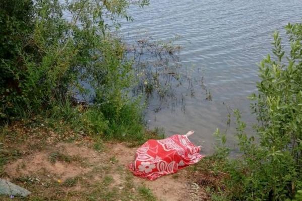 Бездыханное тело мужчины вытащили на берег