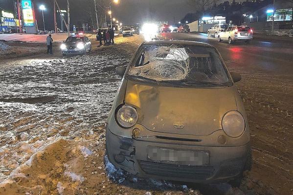 Автомобиль остался без лобового стекла