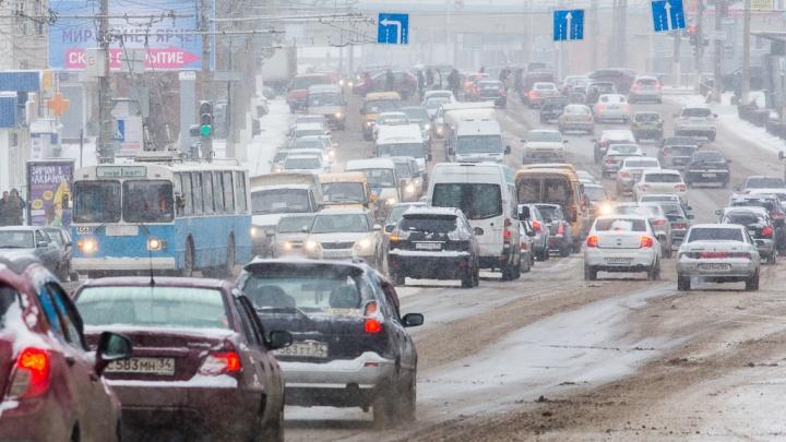 Из-за сильного снегопада на севере Волгограда остановились фуры
