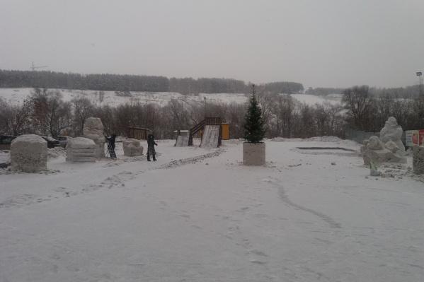 Серый снежный городок в микрорайоне «Весенний»