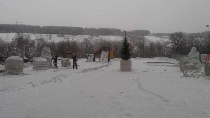 В микрорайоне с чёрным снегом ледовый городок покрасили в белый цвет
