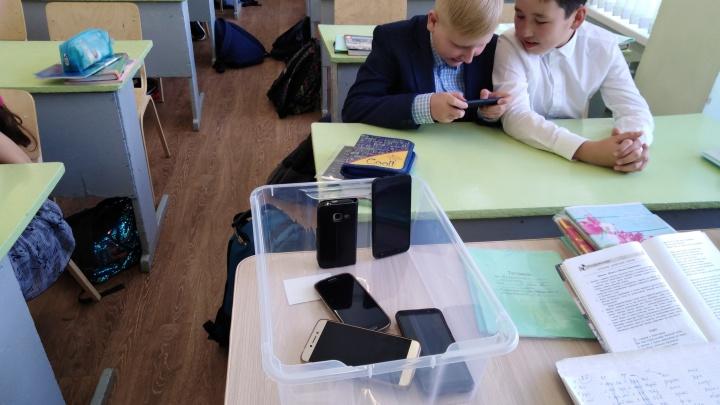 В омской школе № 99 дети стали сами сдавать телефоны учителю перед началом урока
