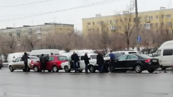 «Мог быть пьян»: в Волгограде водитель Volvo устроил аварию с четырьмя авто